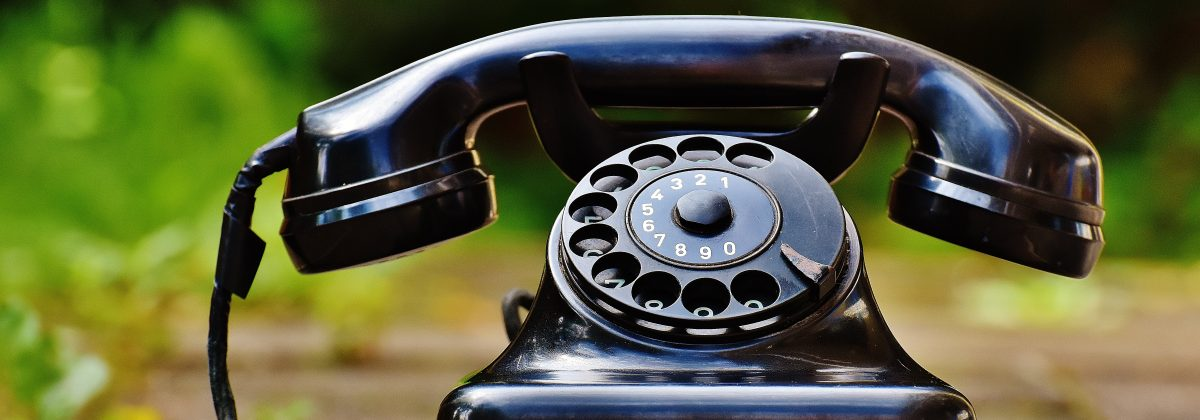 phone-old-year-built-1955-bakelite-163007-min.komprimiert